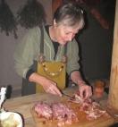 Bearbeiding av kjøtt krever godt handlag og ein god kniv.