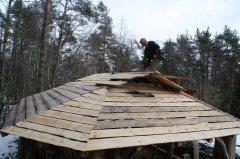 Meister Edvard la for ei stund sidan planken på taket. Våren 2014 skål tåva på plass.