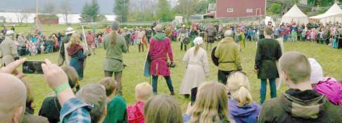 Vikingar og riddarar side om side.