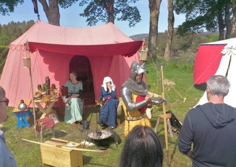 Ridder og prinsesses skule kom nok inn i historia nokre hundre år etter vikingane. Så eit sprang i tid på meir enn 400 år tok ein rett ofte på denne festivalen.