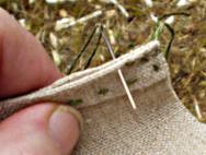Med bittesmå sting syr ein saman dei sidene som er falda. Men lar det stå att ca. to cm. oppe ved åpninga. Denne tette saumen er det som gjer posen sterk og tett.